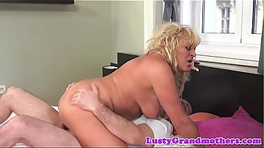 Stunning mature cougar dickriding in cowgirl