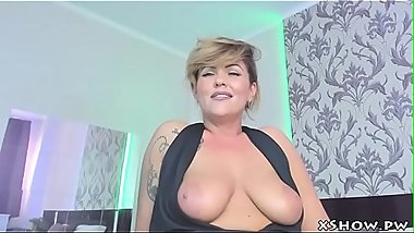 Hot Cougar Mommy Masturbating On Webcam Show
